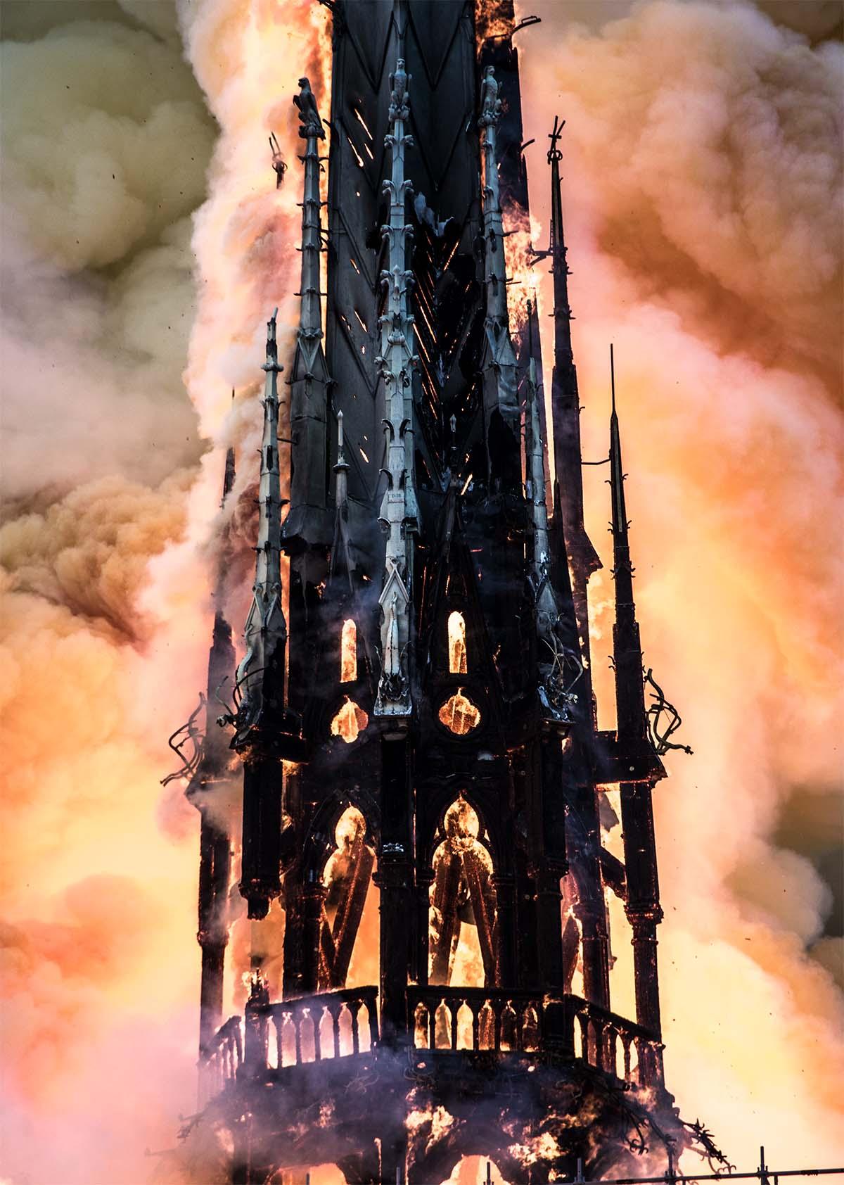 La flèche de Notre-Dame en feu.