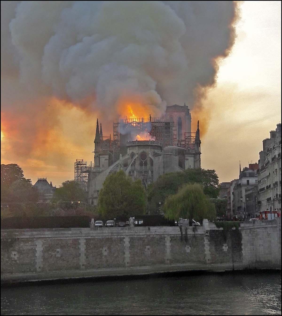 L'incendie de Notre-Dame de Paris vu de l'Île Saint-Louis