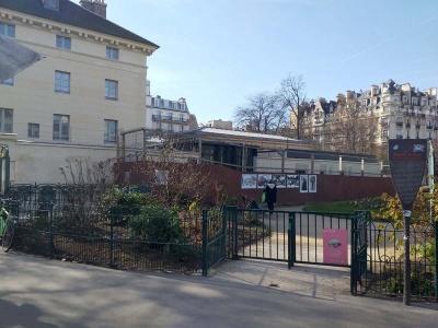 Chantier en cours derrière le pavillon Ledoux, place Denfert-Rochereau. La construction se fait sur une partie du jardin public.