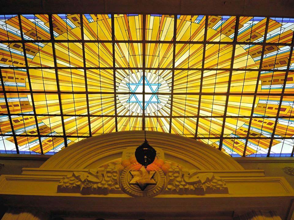 Un vitrail de la synagogue Copernic.